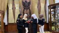 Gubernur Jawa Timur, Khofifah Indar Parawansa menjamu makan siang tiga mahasiswi yang tergabung dalam Tim Barunastra ITS di Gedung Negara Grahadi, Selasa (6/8/2019). (Foto: Dok Humas Pemprov Jawa Timur)