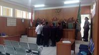 Anggota tim Advokasi Muslim Pembela Tauhid bersitegang dengan terdakwa Uus di muka persidangan (Liputan6.com/Jayadi Supriadin)