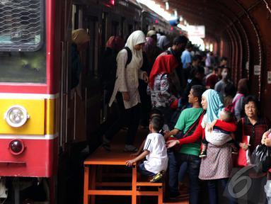 Puluhan penumpang turun dari krl Commuter line di Stasiun Kota, Jakarta, Jumat (26/12/2014). (Liputan6.com/Faizal Fanani)