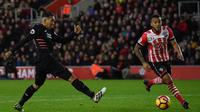 Striker Liverpool Roberto Firmino melepaskan tembakan ke arah gawang Southampton pada laga di St Mary's Stadium, Southampton, Sabtu (19/11/2016). (AFP/Ben Stansall)