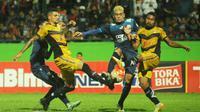 Arema Cronus bermain imbang tanpa gol saat menjamu Mitra Kukar di Stadion Gajayana, Malang, Jumat (30/9/2016). (Bola.com/Iwan Setiawan)