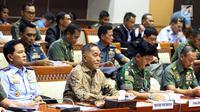 Menteri Pertahanan Ryamizard Ryacudu (kedua kiri) bersama Panglima TNI Jenderal Hadi Tjahjanto (kedua kanan) saat mengikuti rapat dengan Komisi I DPR di Senayan, Jakarta, Kamis (7/6). (Liputan6.com/JohanTallo)