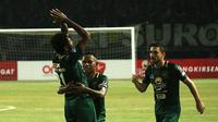 Ekspresi pemain Persebaya Surabaya, Fandry Imbiri, setelah mencetak gol ke gawang Persipura Jayapura, di Stadion Gelora Bung Tomo, Selasa (29/5/2018). (Bola.com/Aditya Wany)