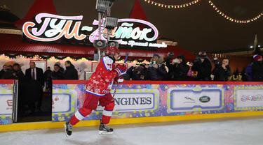Presiden Rusia Vladimir Putin bersiap mengikuti pertandingan eksihibisi Night Hockey League di gelanggang es di Lapangan Merah, Moskow, Rabu (25/12/2019). Night Hockey  merupakan turnamen berisi gabungan klub dan pemain amatir. (Alexey DRUZHININ/SPUTNIK/AFP)