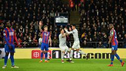 Bek Manchester United Chris Smalling merayakan gol pertama untuk timnya saat melawan Crystal Palace dalam pertandingan Liga Inggris di Selhurst Park, London (5/3). Chris Smalling berhasil mencetak gol pada menit ke-55. (AFP Photo/Glyn Kirk)