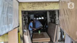 Pekerja saat mengemas papan tulis yang telah dipesan pembeli melalui e-Commerce di Jakarta, Rabu (3/3/2021). Harga papan tulis dibanderol mulai Rp40 ribu hingga Rp2 juta tergantung ukuran dan jenis yang diinginkan. (merdeka.com/Iqbal S Nugroho)
