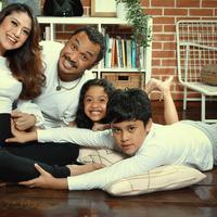 Eksklusif keluarga Giring Ganesha. (Foto: Bambang E. Ros/Bintang.com Digital Imaging: Muhammad Iqbal Nurfajri/Bintang.com Stylist: Indah Wulansari/Bintang.com Makeup: @sarahsadiqa)