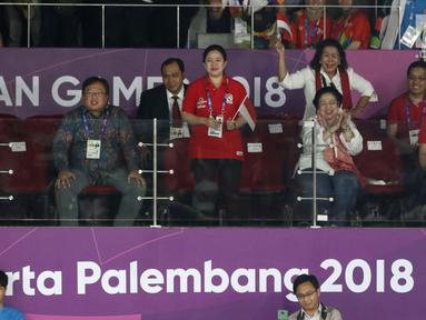Presiden RI ke-5, Megawati Sukarnoputri (kedua kanan) bersama Menko PMK, Puan Maharani saat menyaksikan final bulu tangkis putra perseorangan Asian Games 2018 di Istora GBK, Jakarta, Selasa (28/8). (Liputan6.com/Helmi Fithriansyah)