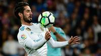 Pemain tengah Real Madrid, Isco mengendalikan bola ketika menjamu Eibar dalam lanjutan La Liga pekan kesembilan di Stadion Santiago Bernabeu, Minggu (22/10). Madrid menang tiga gol tanpa balas (PIERRE-PHILIPPE MARCOU / AFP)