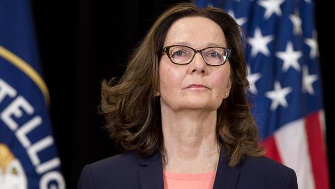 Gina Haspel (61) melambaikan tangan seusai pengambilan sumpah sebagai Direktur CIA yang baru di markas besar CIA, Virginia, Senin (21/5). Haspel sebelumnya menjabat pakar intelijen Rusia yang lebih banyak menjalani misi rahasia CIA. (AFP PHOTO/SAUL LOEB)
