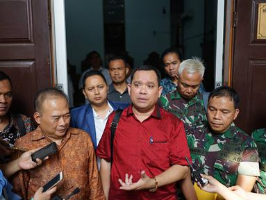 Kuasa hukum tersangka dugaan makar dan kepemilikan senjata api ilegal Kivlan Zen, Tonin Tachta memberi keterangan usai sidang permohonan praperadilan di PN Jakarta Selatan, Senin (22/7/2019). Tonin Tachta meminta hakim membatalkan penetapan tersangka atas Kivlan Zen. (Liputan6.com/Immanuel Antonius)