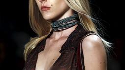 Model mengenakan busana koleksi Lilly Sarti saat Sao Paulo Fashion Week, Sao Paulo , Brasil , 25 April 2016. Sao Paulo Fashion Week  kali para model mengenakan busana yang Transparan.  (REUTERS / Paulo Whitaker)