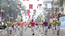 Sejumlah wanita mengenakan kebaya saat parade seni budaya menuju Gedung Merdeka, Bandung, Jawa Barat, Rabu (1/6/2016).Parade ini juga dihadiri oleh Walikota Bandung, Ridwan Kamil. (Liputan6.com/Faizal Fanani)