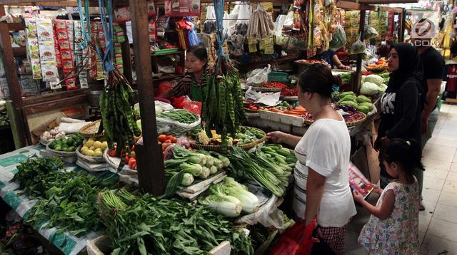Aktivitas perdagangan di Pasar Kebayoran Lama, Jakarta, Jumat (20/4). Kementerian Perdagangan (Kemendag) mengklaim harga pangan terkendali.(Www.sulawesita.com)