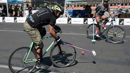 Seorang pria memacu sepeda saat bermain Polo-Bike pada hari kedua World Bike Forum 2017 di Zocalo Square di Mexico City (20/4). World Bike Forum adalah ajang berkumpulnya para pengguna dan penggiat sepeda di kota-kota besar. (AFP Photo/Alfredo Estrella)