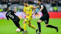 Gelandang Chelsea, Eden Hazard berupaya lepas dari dua pemain lawan pada leg 1, semifinal Liga Europa yang berlangsung di Stadion Commerzbank Arena, Frankfurt, Jumat (3/5). Chelsea imbang 1-1 kontra Eintracht Frankfurt. (AFP/Uwe Anspach)