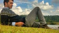 Aktor Fachri Albar berpose berbaring di rumput saat berada di Samosir. Menurut Kapolres Jaksel Kombes Mardiaz Kusin, dalam penanangkapannya polisi mengamankan sejumlah barang bukti seperti paket Dumolid, ganja, dan sabu. (Instagram.com/aialbar)