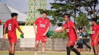 Bek PSM Makassar, Erwin Gutawa (kedua dari kanan). (Abdi Satria/Bola.com)