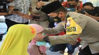 Kepala Polres Malang Kota, Kombes Pol Leonardus Simarmata membagikan masker ke santri di salah satu pondok pesantren di Kota Malang (Timsus M1)