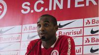 Baru beberapa jam diperkenalkan ke publik oleh Internacional, Anderson mengungkapkan pengalamannya berseragam Manchester United.