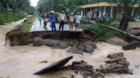 Akses jalan menuju ke Mandailing Natal terputus karena diterjang banjir bandang. (Istimewa)