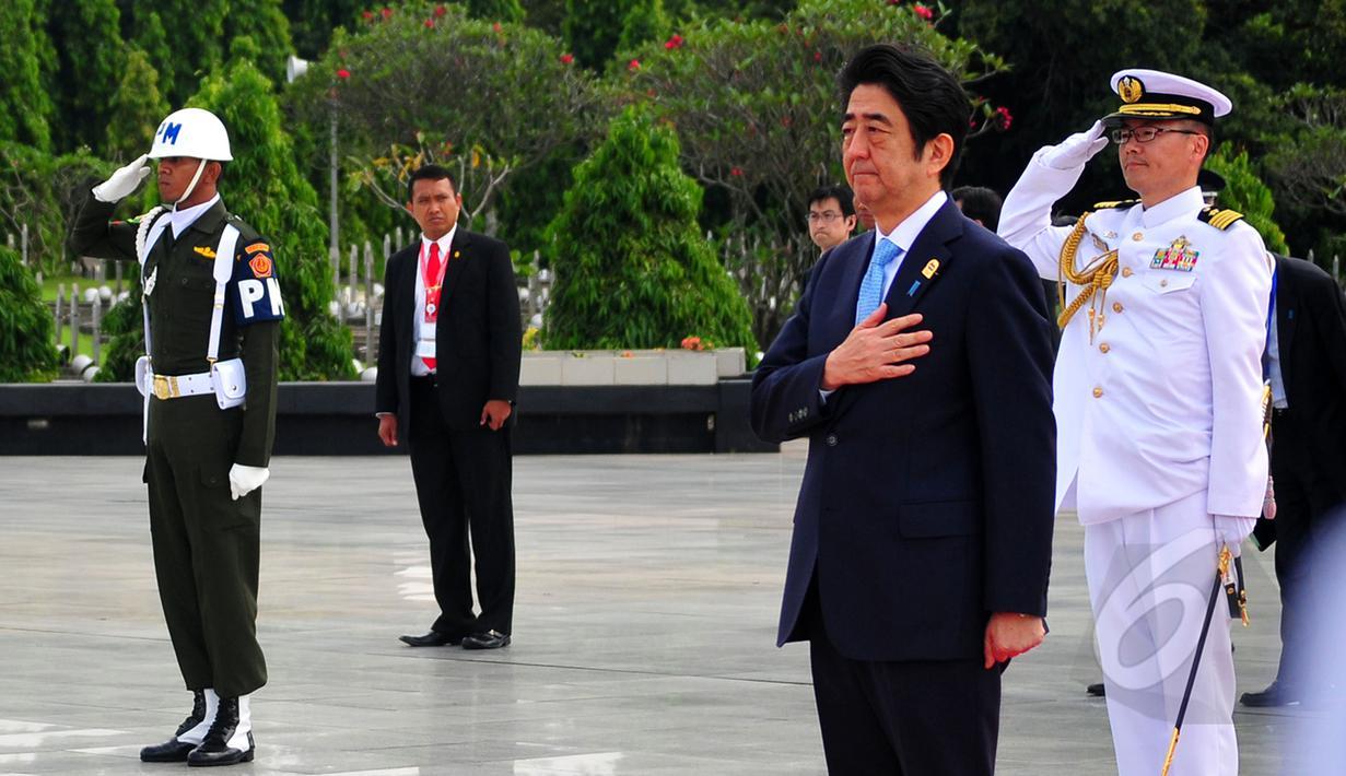 Perdana Menteri (PM) Jepang Shinzo Abe berziarah ke Taman Makam Pahlawan, Jakarta, Rabu (22/4/2015). PM Abe berdoa untuk Eto Sichio seorang warga Jepang yang ikut membantu perjuangan rakyat Indonesia saat perang kemerdekaan. (Liputan6.com/Yoppy Renato)
