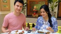 Titi Kamal tampak begitu menikmati hidangan yang ada di meja. Ia terlihat menikmati makanan sambil ditemani sang suami, Christian Sugiono. (Foto: instagram.com/titi_kamall)