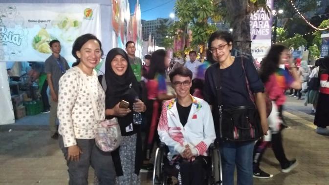 Penonton Asian Para Games 2018 berfoto dengan salah seorang atlet penyandang disabilitas asal Tiongkok (Anna Evita untuk Liputan6.com)