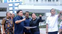 Menko PMK, Puan Maharani (kedua kanan) bersama CdM Asian Games 2018 Komjen Pol Syafruddin (kanan) dan Ketua INASGOC Erick Thohir meninjau fasilitas taman Wisma Atlet Asian Games 2018, Jakarta, Minggu (4/2). (Liputan6.com/Helmi Fithriansyah)
