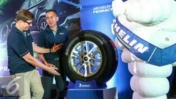 Country Director PT Michelin (kiri) dan Marketing adirector PTM saat peluncuran ban Michelin Primacy SUV di Kemayoran, Jakarta, Senin (1/2/2016). Michelin Indonesia hadirkan ban yang aman untuk pengguna SUV di Indonesia. (Liputan6.com/Yoppy Renato)