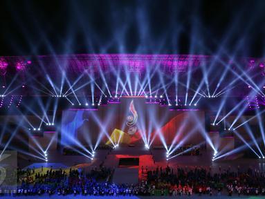 Permainan tata cahaya mewarnai kemeriahan penutupan PON XIX 2016 di Stadion Gelora Bandung Lautan Api, Kamis (29/9). Selanjutnya PON XX akan diselenggarakan di Provinsi Papua pada 2020 mendatang. (Liputan6.com/Helmi Fithriansyah)