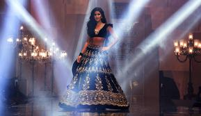 Aktris Bollywood Katrina Kaif berpose di atas catwalk selama mengenakan busana perancang Manish Malhotra di Lakme Fashion Week (LFW) Winter Festive 2019 di Mumbai (20/8/2019). (AFP Photo/Sujit Jaiswal)