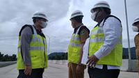 Wakil Gubernur Sumatera Barat Audy Joinaldy (tengah) bersama Kapolda Sumbar dan Bupati Padang Pariaman meninjau proyek tol Padang-Pekanbaru, Selasa (6/7/2021). (Liputan6.com/ Novia Harlina)