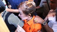 Perempuan yang juga berprofesi sebagai DJ itu keluar sekitar pukul 22.00 WIB. Masih mengenakan baju tahanan, Roro menuju Rumah Tahanan Narkoba Polda Metro Jaya. (Nurwahyunan/Bintang.com)