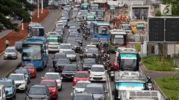 Kendaraan terjebak kepadatan di Jalan Jenderal Sudirman, Jakarta, Selasa (12/3). Meningkatnya jumlah kendaraan bermotor di Jakarta setiap tahunnya, semakin meningkatkan emisi kendaraan bermotor. (Liputan6.com/Helmi Fithriansyah)