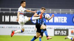 Pemain Inter Milan, Andrea Pinamonti, berebut bola dengan pemain Sampdoria, Maya Yoshida, pada laga Liga Italia di Stadion Giuseppe Meazza, Sabtu (8/5/2021). Inter Milan menang dengan skor 5-1. (AP/Luca Bruno)