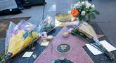 Penggemar meletakkan karangan bunga dan memorabilia lainnya di atas bintang Walk of Fame milik pencipta sekaligus legenda komik-komik Marvel, Stan Lee di Hollywood, California, Senin (12/11). Stan Lee meninggal dunia pada usia 95. (VALERIE MACON / AFP)
