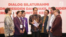 Calon Presiden nomer urut 01 Joko Widodo berbincang dengan perwakilan Komunitas Kesehatan, di Gedung Bidakara, Jakarta, Kamis (28/2). Jokowi menghadiri Dialog Silaturahmi Paslon Presiden dan Wakil Presiden. (Liputan6.com/HO/Cendi Safitri)