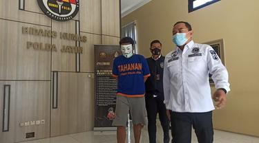 Polda Jatim menangkap dua tersangka penjual ijazah palsu. (Dian Kurniawan/Liputan6.com)