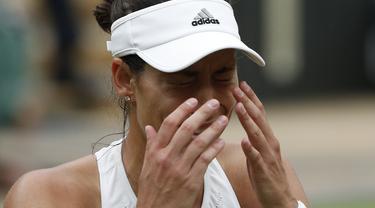Garbine Muguruza menangis usai kalahkan Venus Williams pada final Wimbledon 2017. Muguruza menang 7-5, 6-0, Sabtu (15/7/2017).