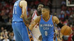 Pemain Oklahoma City Thunder Russell Westbrook (kanan) melewati hadangan pemain Houston Rockets Patrick Beverley saat pertandingan NBA di Toyota Center, Amerika Serikat, (2/11/2015). Rockets menang 110 - 105 atas Thunder. (Reuters/ Thomas B. Shea)