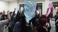 Usai gugatan perkara ditolak oleh majelis hakim, para warga Tamansari bersama jaringan solidaritas yang mengikuti jalannya persidangan kecewa terhadap putusan tersebut. (Liputan6.com/Huyogo Simbolon)