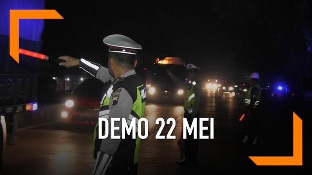 Jelang aksi demo 22 Mei yang akan digelar di Jakarta. Polisi menggelar razia di jalur Pantura, Tegal, Jawa Tengah. Petugas mencoba menyekat massa aksi dan mencari barang berbahaya.