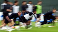 Penyerang Inggris, Raheem Sterling berlari saat mengikuti sesi latihan di Repino, Rusia (10/7). Inggris akan bertanding melawan Kroasia pada babak semifinal Piala Dunia 2018. (AFP Photo/Ellis)