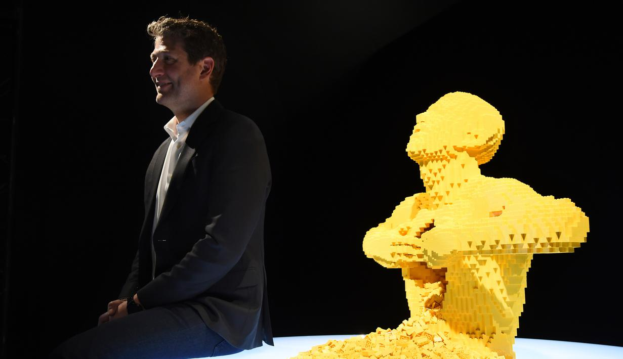 Seniman kontemporer Nathan Sawaya duduk dekat karya seni lego buatannya yang paling terkenal 'Yellow' saat pratinjau pameran The Art of the Brick di California Science Center, Amerika Serikat, Rabu (26/2/2020). Pameran ini akan menampilkan lebih dari 100 karya Nathan. (AP Photo/Chris Pizzello)