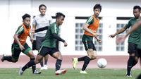 Pemain Timnas Indonesia, Febri Hariyadi, saat mengikuti sesi latihan di Stadion Wibawa Mukti, Jawa Barat, Minggu (4/11). Latihan ini merupakan persiapan jelang Piala AFF 2018. (Bola.com/M Iqbal Ichsan)