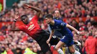 Paul Pogba dijatuhkan gelandang Chelsea, Jorginho pada laga lanjutan Premier League yang berlangsung di Stadion Stamford Bridge, London, Minggu (29/4). Chelsea imbangi Man United 1-1. (AFP/Paul Ellis)