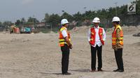 Presiden Joko Widodo berincang dengan Menhub Budi Karya Sumadi dan Dirut Angkasa Pura II Muhammad Awaluddin meninjau proyek pembangunan landasan pacu (runway) 3 Bandara Internasional Soekarno-Hatta, Tangerang, Kamis (21/6). (Liputan6.com/Angga Yuniar)