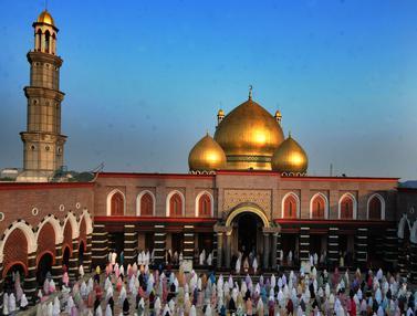 Suasana Sholat Idul Fitri di Masjid Kubah Emas