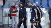 Striker Juventus, Cristiano Ronaldo, meninggalkan lapangan didampingi pelatih Andrea Pirlo usai mengalami cedera dalam lanjutan liga Italia pekan ke-7 menghadapi Lazio di Stadion Olimpico, Roma, Minggu (8/11/2020). Juventus harus puas berbagi angka 1-1. (AP Photo/Andrew Medichini).